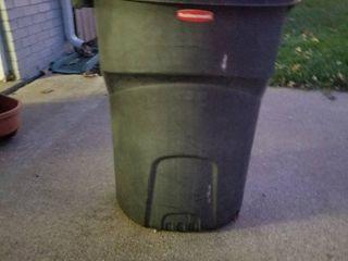 Rubbermaid 35 Gal trash can