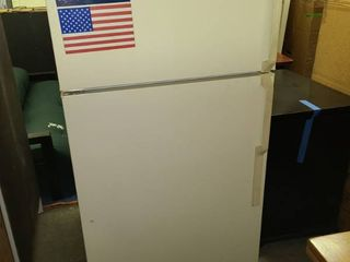Hotpoint Refrigerator with Top Freezer 61 x 28 x 27 in