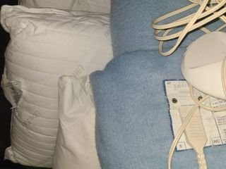 BEDDING TWIN Sized ElECTRIC BlANKET and 3 BED PIllOWS