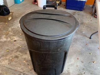 Rubbermaid rolling trashcan with a lid