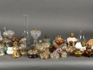 lARGE GROUPING OF MINATURE OIl lAMPS   CHIMNEY S