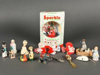 GROUPING OF SMAll TOY COllECTIBlES