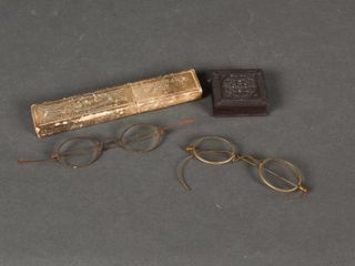 lOT OF 2 ANTIQUE EYEGlASSES   2 COllECTOR BOX S