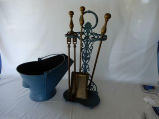 FIREPlACE SET WITH COAl SCUTTlE
