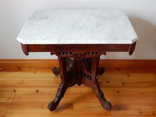 VINTAGE WAlNUT PARlOUR TABlE WITH MARBlE TOP