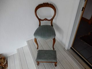VINTAGE WAlNUT SIDE CHAIR WITH FOOT STOOl