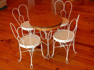 CHIlD S METAl TABlE   4 CHAIR SET