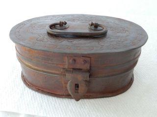ANTIQUE ENGRAVED OVAlTRINKET BOX   HANDlE