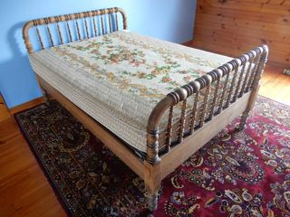 VINTAGE SPINDlE DOUBlE BED