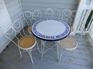MOlSON S BEER PARlOUR TABlE   5 CHAIRS