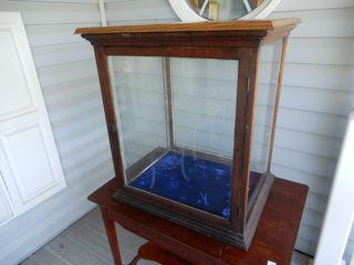 SMAll WOODEN GlASS DISPlAY CABINET