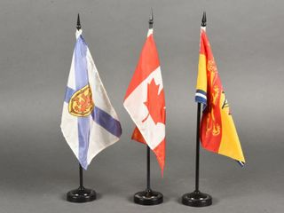 GROUPING OF 3 SMAll FlAGS   HOlDERS