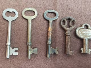 7 Vintage Keys   4 Skelton and 3 Speciality