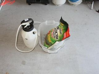 2 Gallon Sprayer   Bag of Spectracide