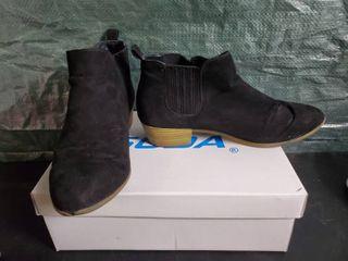 Womans Size 8 Black Suede Boots
