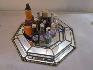 MIRROR TRAY WITH AlCOHOl BOTTlES