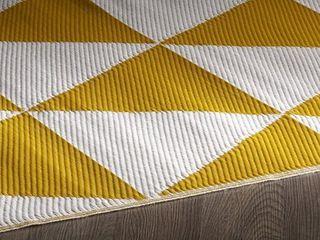 6ft x 9ft Indoor Outdoor Ochre Triangle Reversible Plastic Rug   Retail 78 48
