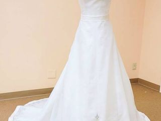 2be White Wedding Gown   No Size Tag  fits like a 10 or 12
