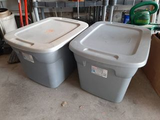 2 Tubs with lids   1 with Rags