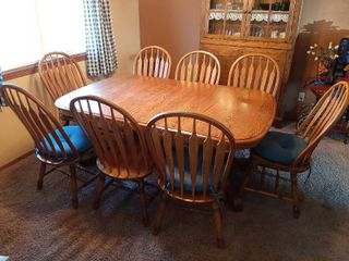 Oak Dinning Table with 8 Chairs   Has 2 Self Storing 16  leaves