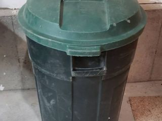 Rubbermaid 32 gals  Refuse Can w lid