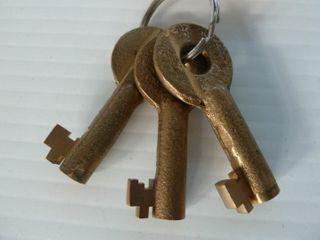3 railroad keys marked El