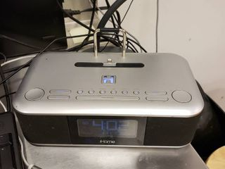Ihome radio clock with Iphone charger player