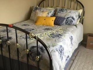 Metal Dbl Bed w  Head   Foot Board   linens