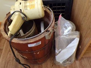 ElECTRIC ICE CREAM MAKER W EXTRA PARTS