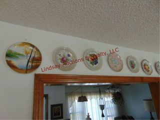 Approx 27 decorative wall hanging plates