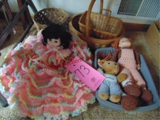 1 lot of dolls   baskets
