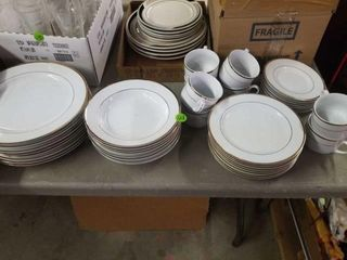 SIGNATURE FINE CHINA   8 DINNER PlATES  BOWlS