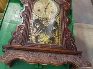 VINTAGE WIND UP ClOCK WITH A KEY