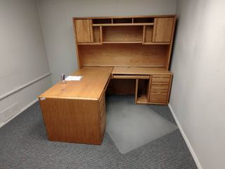 Wooden l Shaped Desk  Approx  68  x 80  x 71  H