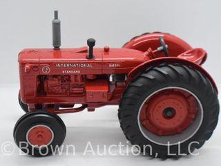 International I D 0 standard diesel die cast tractor  1 16 scale