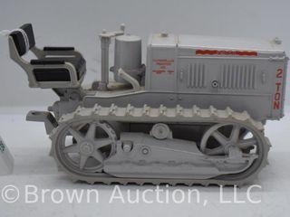 Caterpillar 2 Ton Trac Tractor  die cast  1 16 scale