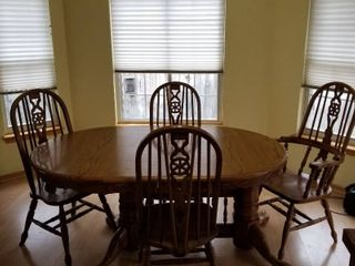 Dining room pedestal table  4 chairs and extra leaf 29 x 64 x 42  leaf additional 24