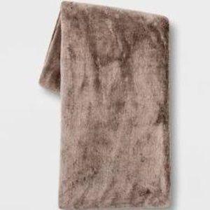 50 x60  Faux Rabbit Fur Throw Blanket   Thresholda  RETAIl  29 99