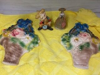 2 CHAlK FlOWER WAll HANGINGS AND 2 FIGURINES