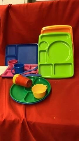 PICNIC PlATES AND CUPS AND SIlVERWARE