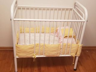 Metal Baby Crib W 2 Bumpers on Caster   40 x 25 x 44 in  tall