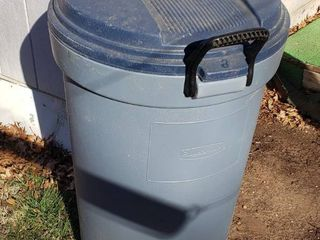 Rubbermaid Roughneck Trash Can w lid   Wheels   32 gal   34 in  tall