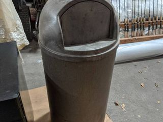 RUBBERMAID TRASH CAN WITH lID