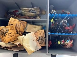 TOPlESS TACKlE BOX WITH MANY lURES AND SNEllS