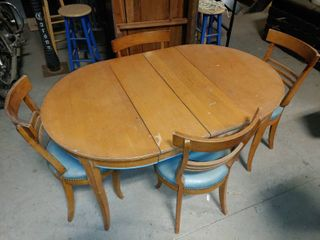 Vintage Wooden Transforming Dining Table with 4 Matching Chairs   Table has Easily Removable Middle Section   legs