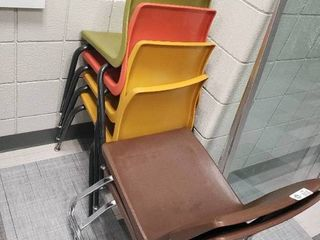 lot of 6 Plastic Chairs
