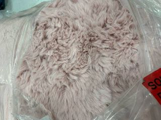 MDesign MDA Imports faux rabbit fur pink rug  100  polyester  5 x7