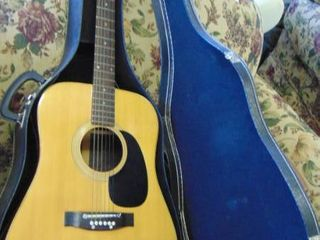 acoustic guitar w hard case