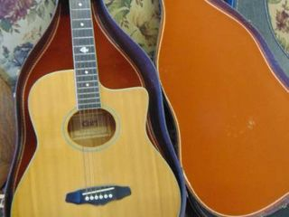 Cort acoustic guitar w hard case