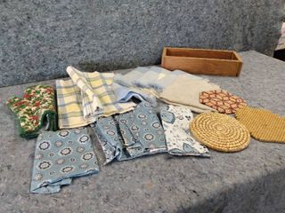 lot of Napkins  Place Mats  and More
